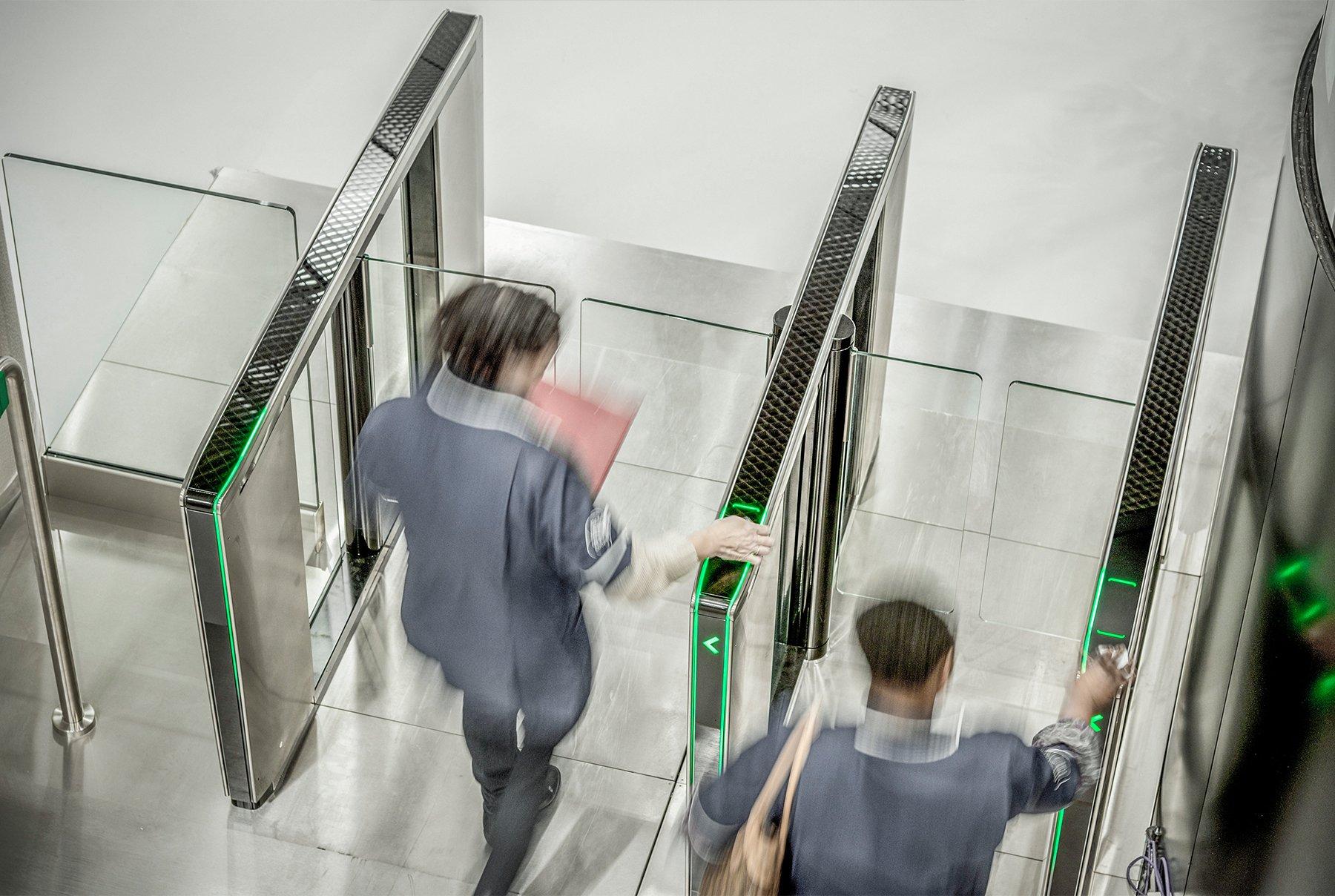 Sensorschleusen zur schnellen und reibungslosen Steuerung von Besucher- und Mitarbeiterströmen.