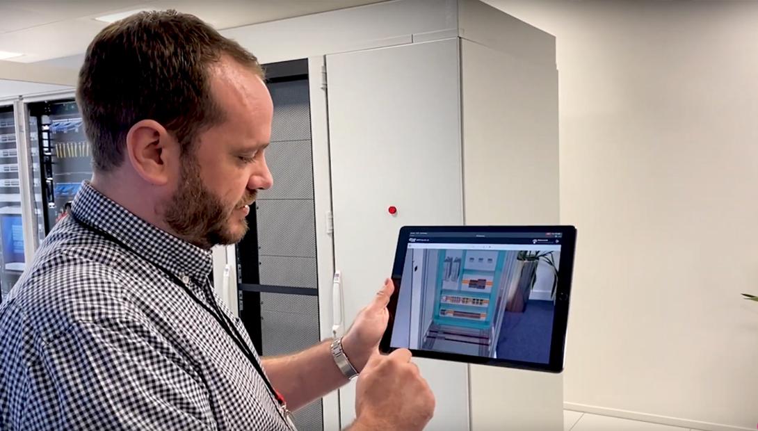 Chris Louch, Business Sales Manager, Cloud Solutions, Eplan, projiziert das 3D-Modell eines Schaltschranks an den für den Schaltschrank vorgesehenen Platz.