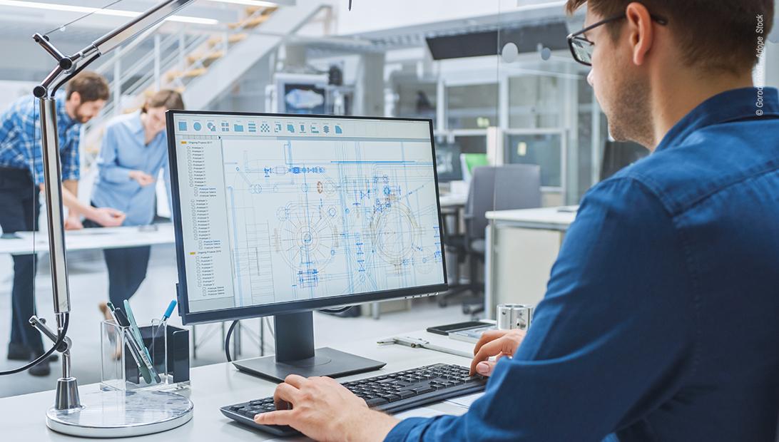 Ingenieur arbeitet am PC mit EPLAN Software